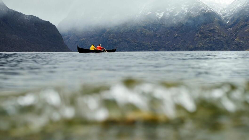 SATSING I FARE: I Aurland vil ekteparet Bjørn Vike og Tone Rønning Vike gje turistane sakte opplevingar, som rotur på fjorden. Suksessen er no trua som følgje av koronaviruset.