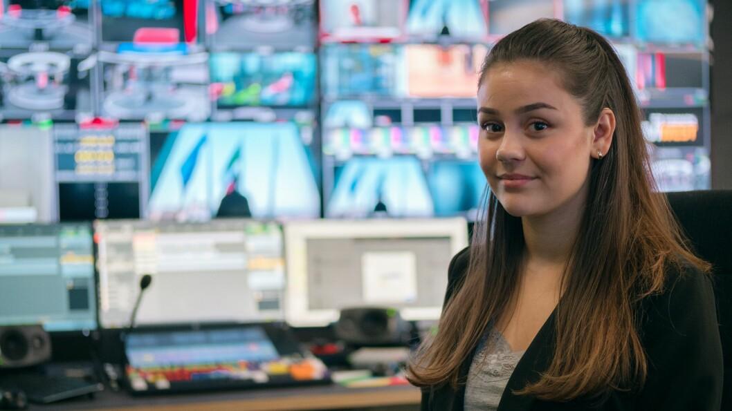 Kamilla Follevåg jobbar som produsent i TV 2 i Oslo. Der er det  travle dagar med å dekke over alle nyheitene og å sende mange pressekonferansar i høve koronaviruset.
