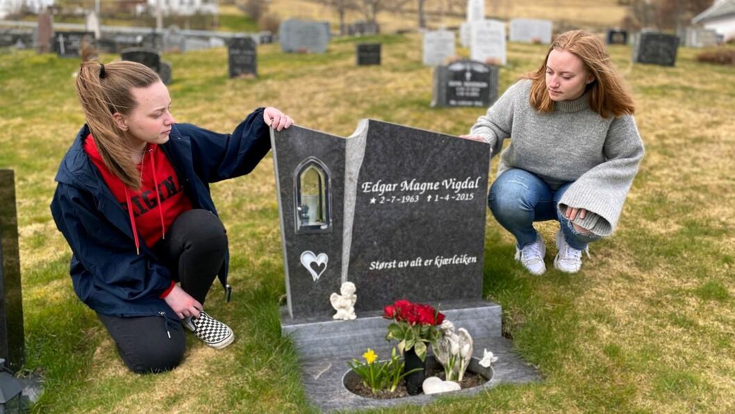 VED GRAVA: Her kviler pappaen til Rebekka Brun Vigdal, og Marta Brun Vigdal.