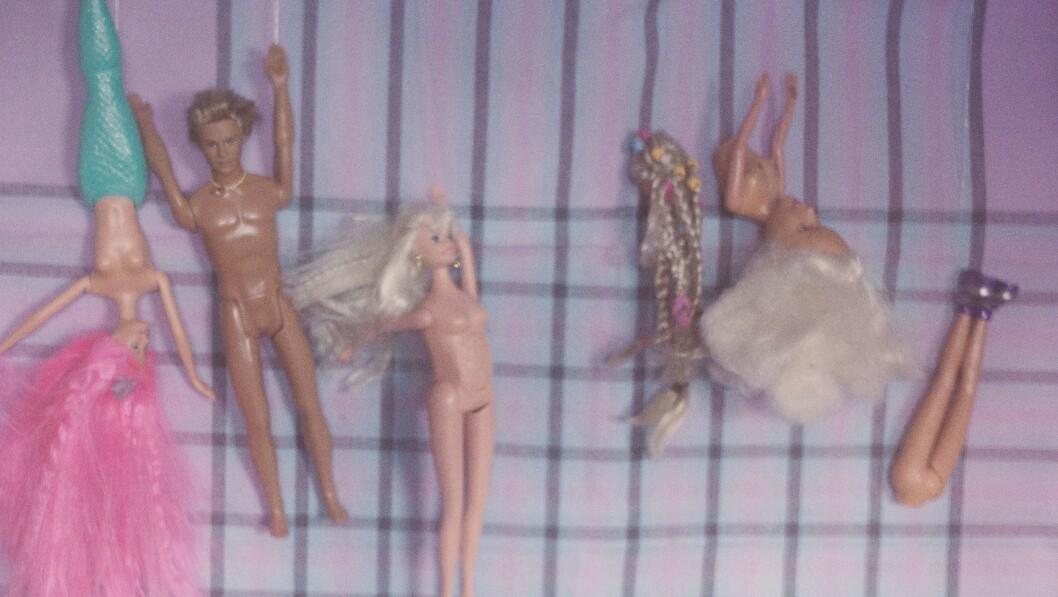 KARANTENEKUNST: Gamle barbiedukker dannar karantenekunst.
