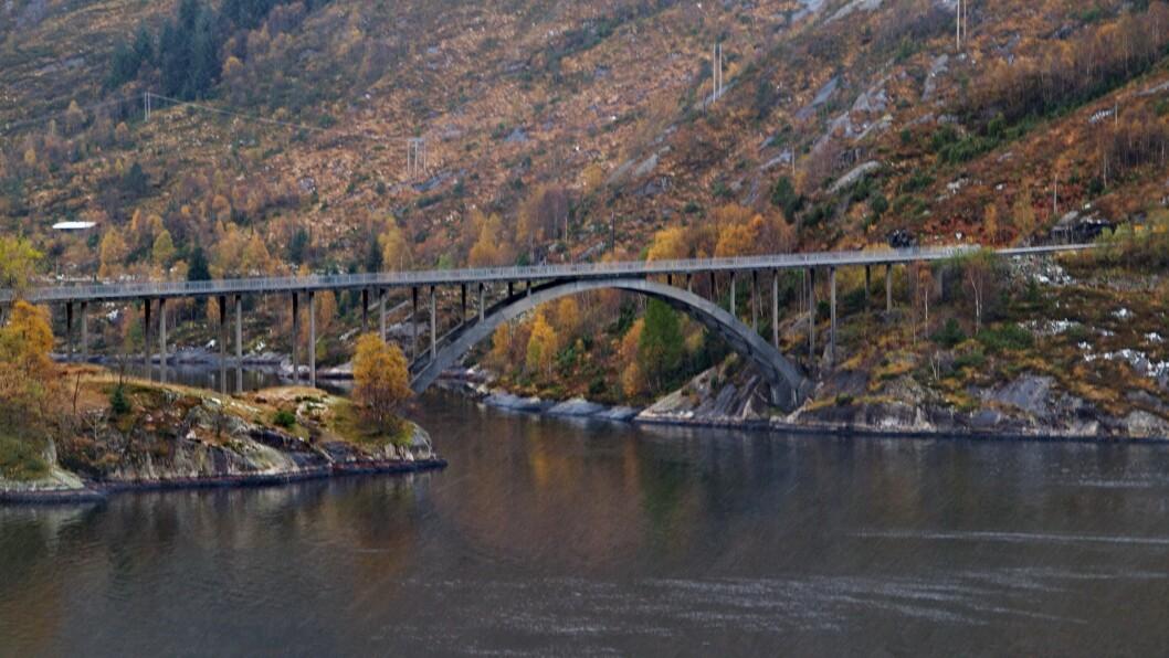 SMALT: Det er mykje smal veg med dårleg standard på fylkesveg 57 mellom Rutledal og Sløvåg. Her er brua over Leversundet mellom Nordgulen og Dalsøyra.