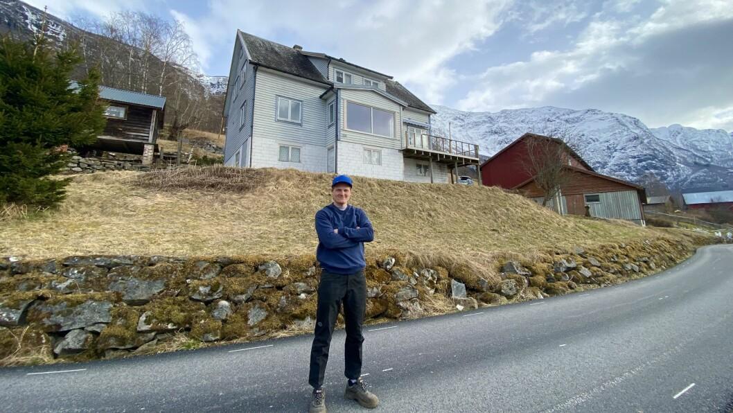 SØRHEIM: Hallvard Sørheim Evjestad framanfor huset sitt og garden på Sørheim. Her har han panoramautsikt utover Lustrafjorden.