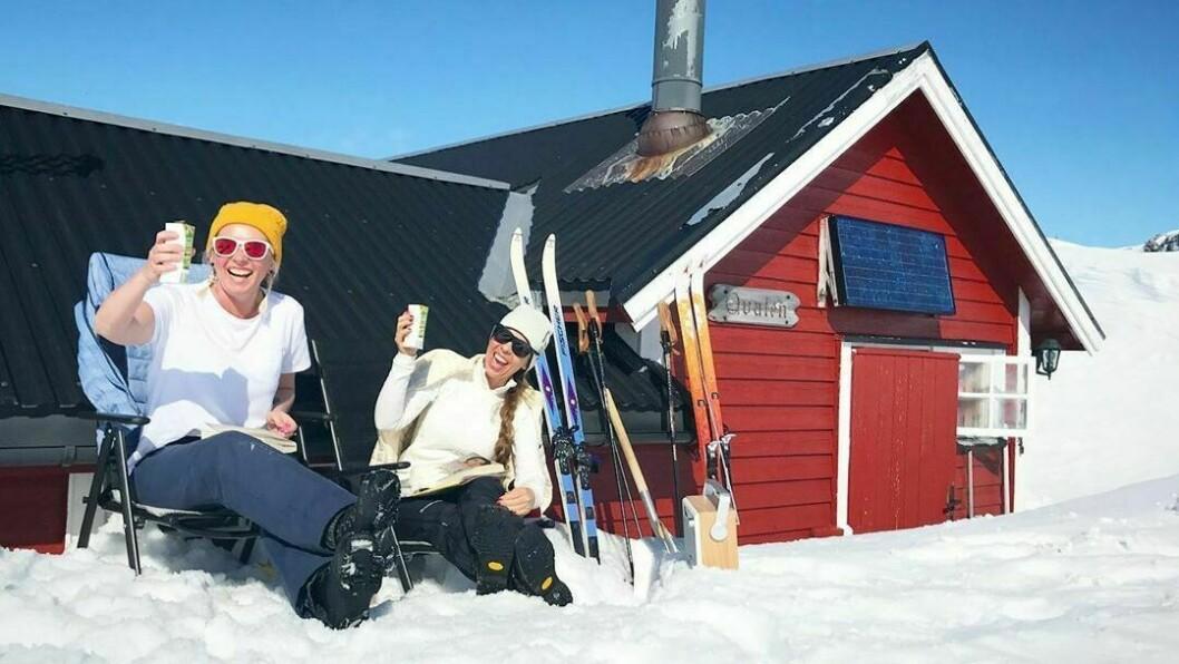 PÅSKEIDYLL: Ein skål i solveggen er aldri feil, her på Fjærlandsete i Sogndal.
