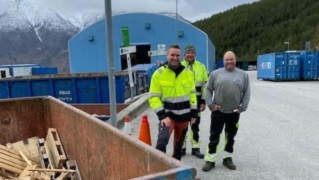 KLARGJER OPNING: Kenneth Teigen, fagansvarleg miljøstasjon, Gaute Vatlestad, fagansvarleg farleg avfall og Svein Magne Kuren, operatør.