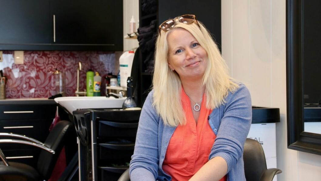GLAD: Edda Kristin Haugsvær er glad for å kunne opne frisørsalongen igjen, men er samstundes bevisst på ansvaret for å hindre smittespreiing.