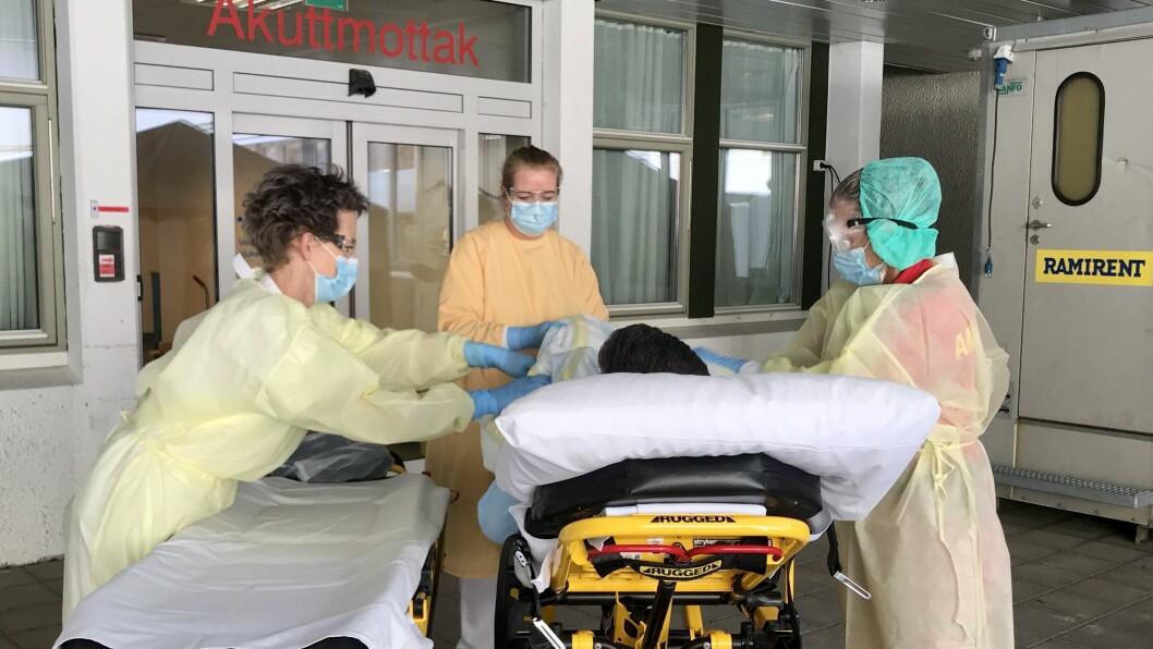 DAGLEGE ØVINGAR: Her øver dei tilsette på Lærdal sjukehus på å ta imot ein pasient med symptom på luftvegsjukdom.