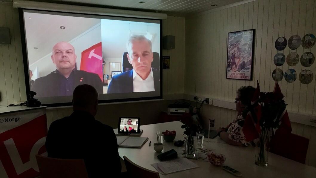 DIGITAL VITJING: Ap-leiar Jonas Gahr Støre helsa til partifellene Hilmar Høl og Anne Kauppi via videoskjermen.