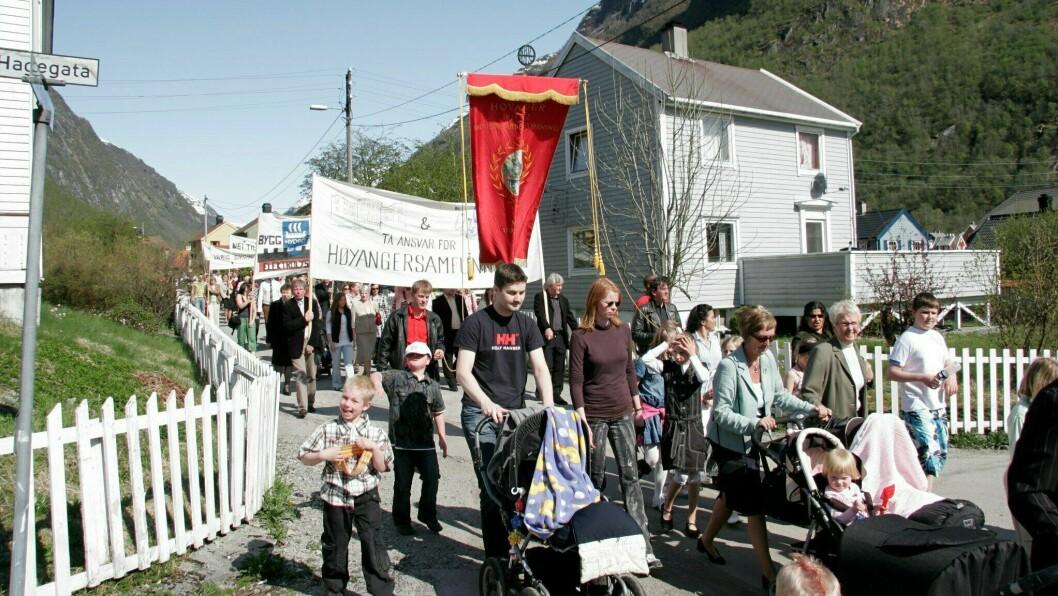 TRADISJON: Slik ser det vanlegvis ut i gatene i Høyanger på 1. mai.