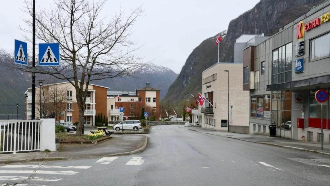 TOMT: Flagga var på plass, men det var lite folk å sjå i gatene i Høyanger fredag føremiddag. Normalt sett kjem det tog opp Storgata.