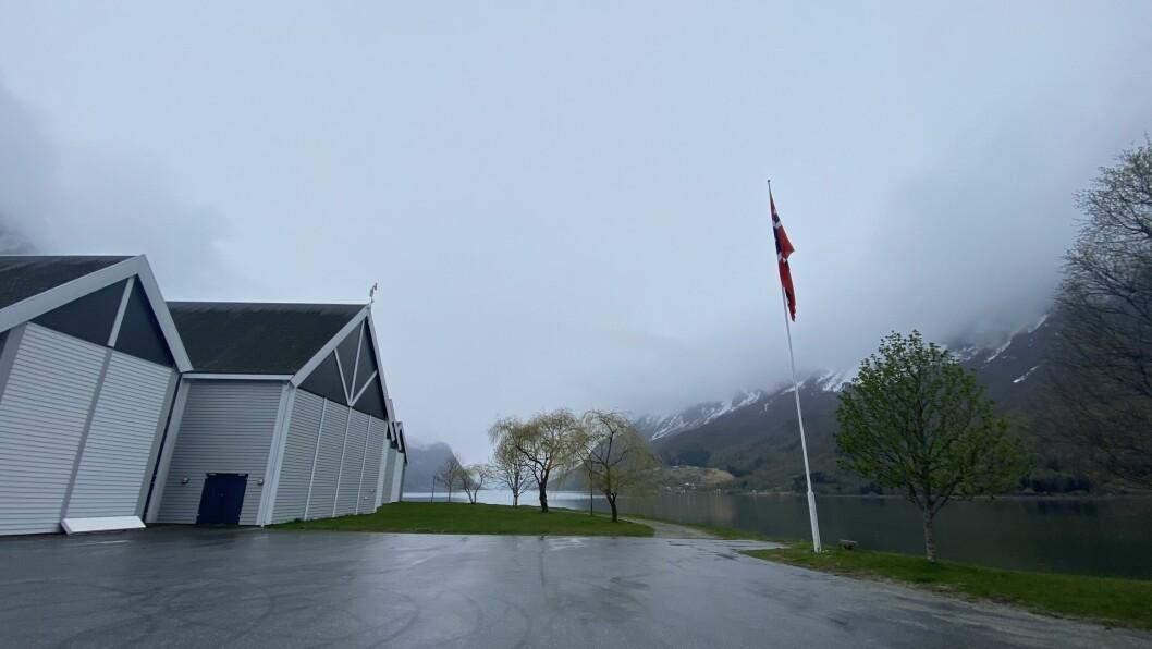 1. MAI: Flaggheising ved Fjordstova på Skjolden er tradisjon kvar 1. mai i Luster.