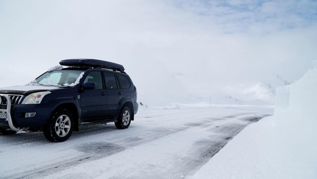 SOGNEFJELLSVEGEN: Fleire bilar passerar no over fjellet på 1400 meters høgde.