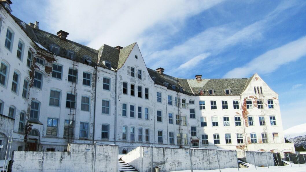 HARASTØLEN: Det gamle falleferdige bygget rugar 500 meter over havet på Harastølen.