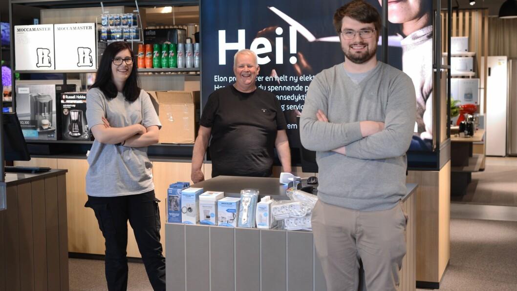 ELEKTRISK TRIO: Silje Lindborg, Einar Vatlestad og Svein Sivertsen ønskte måndag  kundane velkomen til ny butikk på Sjøkanten i Sogndal.