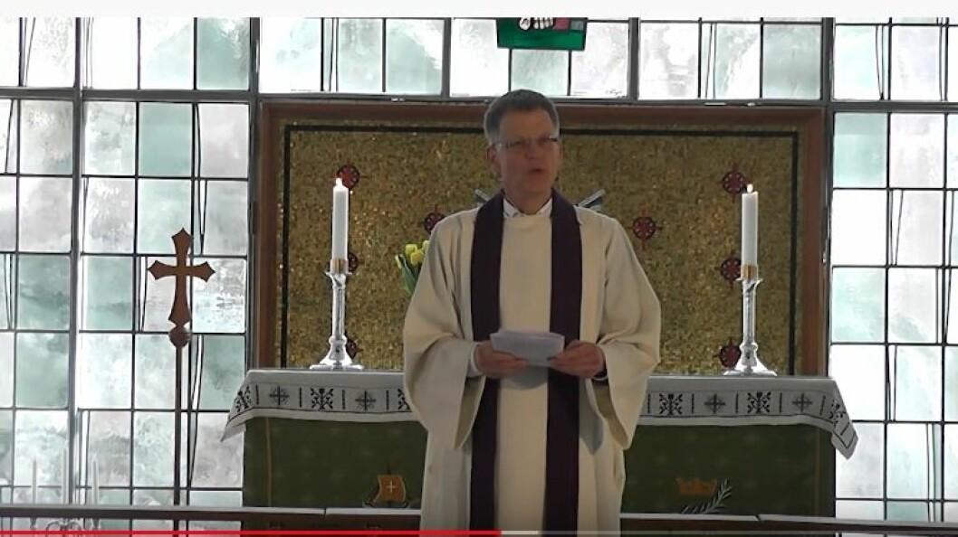 DIGITALT: Høyanger kyrkje føler dei når fleire med å ha gudstenesta digitalt. Her frå ei gudsteneste lagt ut på Youtube.