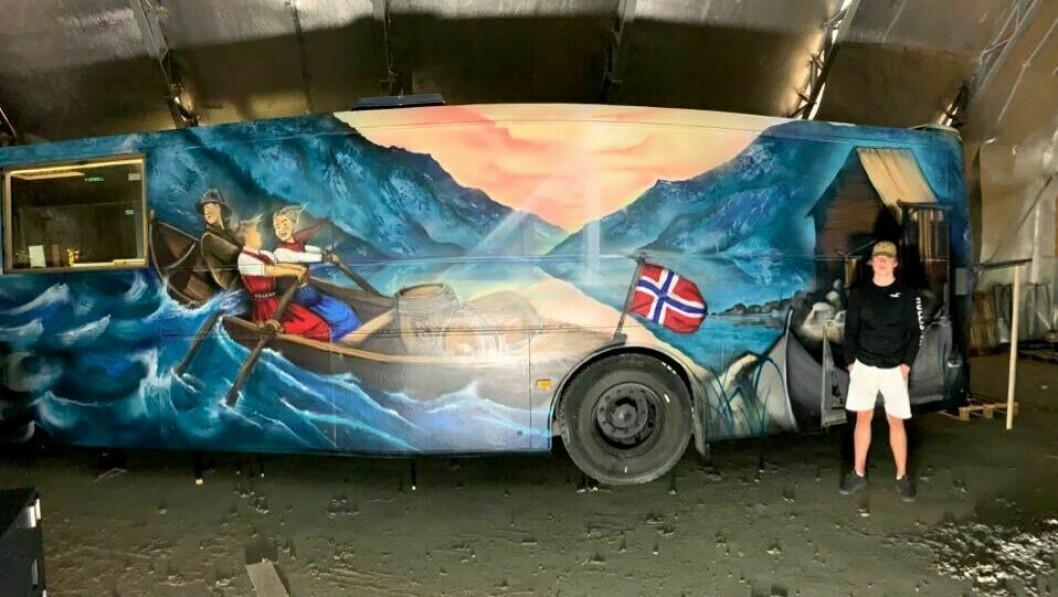 RUSSEBUSS: Herman Hovland frå Luster er russ, og står i bresjen for Sogndal sin første russebuss.