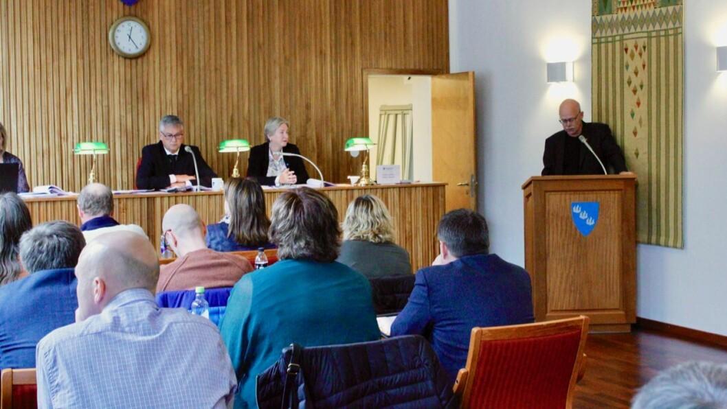VIDEO: Einar Rysjedal (R), som her står på talarstolen, fremja saka om videooverføring av politiske møte for kommunestyret i Høyanger