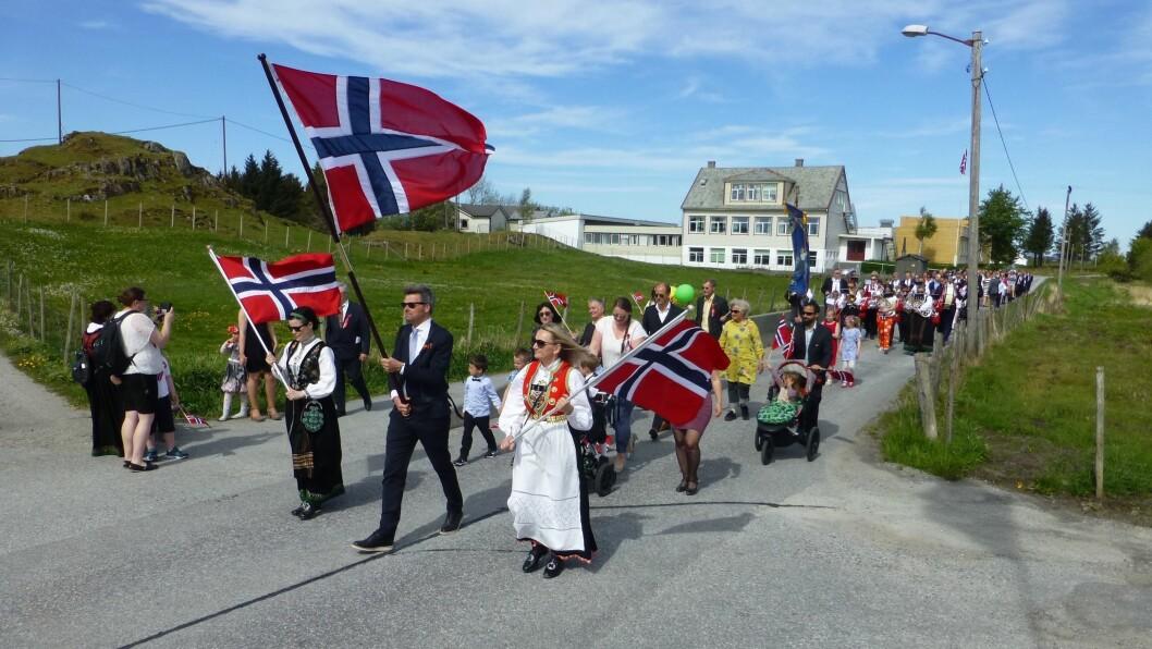 TRADISJONELL: Slik ser ei tradisjonell 17. mai-feiring ut på Byrknesøy. I år vert den litt annleis, med blant anna bilkortesje i staden for tog.