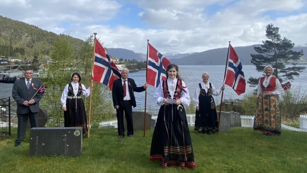BUNAD OG FLAGG: Lavik er ei av bygdene det er filma frå der lokalbefolkninga har stilt med både bunad og flagg for å skape den rette 17. mai-stemninga digitalt.