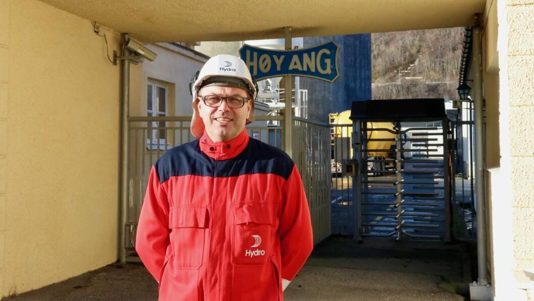 DELER UT: Fabrikksjef ved Hydro Høyanger, Arne Martin Kjærland, deler ut pengar til lag og organisasjonar i kommunen i samband med koronasituasjonen.
