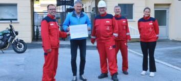 Hydro Høyanger overrekte 400 000 til ordføraren: – Veldig inspirerande