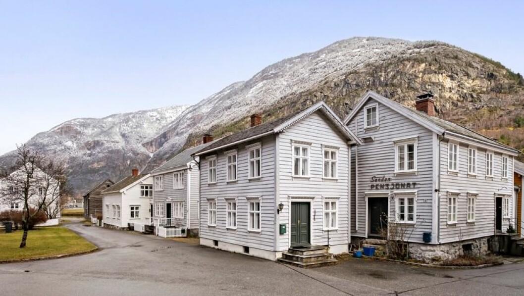 VERNA BEBYGGELSE: Huset ligg like ved inngangen til gågata på Gamle Lærdalsøyri.