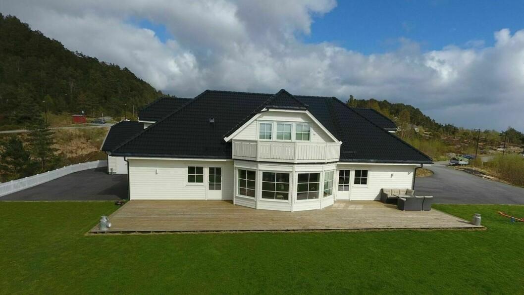 GULEN: Huset har ein prisantydning på6,8 millionar, har fem soverom, eit bruksareal på 273 kvardratmeter og eit tomteareal på 2370 kvadrameter.