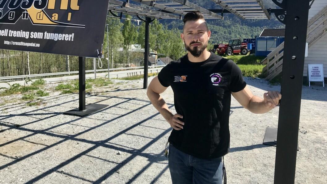 SKUFFA: Dagleg leiar Kristoffer Brekke står ved apparatet dei har sett opp ute medan treningssenteret er stengd. Han er skuffa over at dei ikkje får koronakompensasjon på grunn av eit lønskriterium.