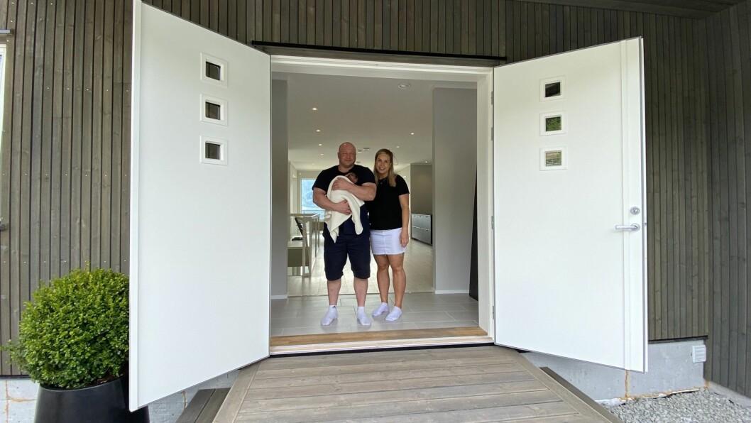 BLI MED INN: Tommy Solheim og Sandra Hansen Melaas ynskjer oss velkomen inn dørene i Nystrondvegen 1A.
