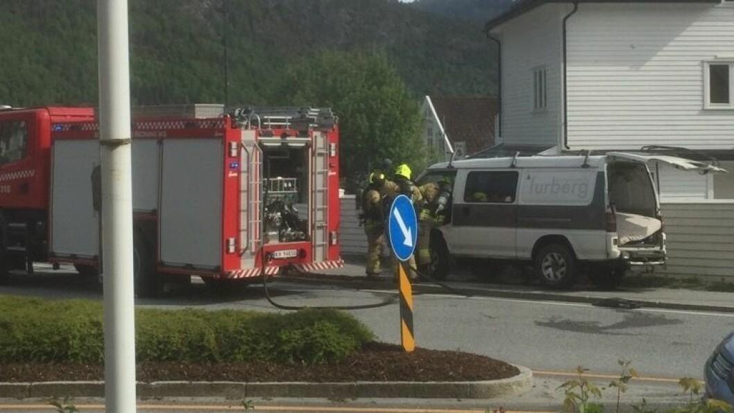 BRANNTILLAUP: Politiet har fått melding om branntillaup i ein bil.