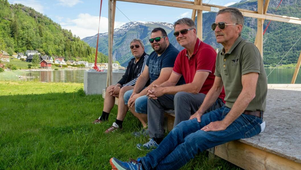 KONSERT: Arve Lomheim, Lars Berge og Jakob Eiknes i Folk Flest gler seg til å spela konsert att. Arrangøren er Luster bygdalag, her representert med leiar Øystein Høyheim.