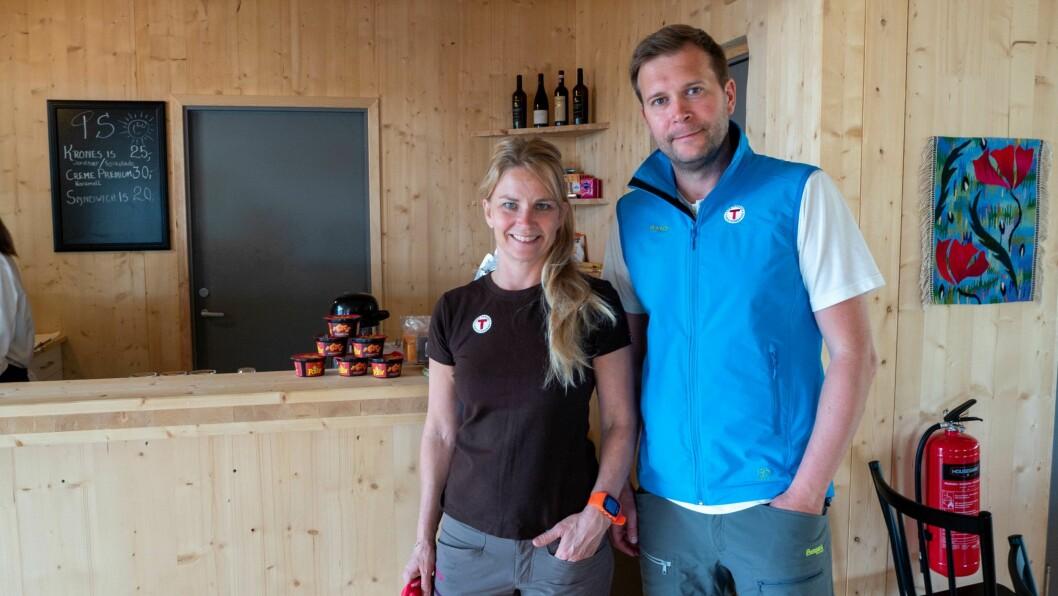 GIR SEG: Rune Hilleren Dokken og Mette Grøsland gir seg som vertskap på Tungestølen Turisthytte.