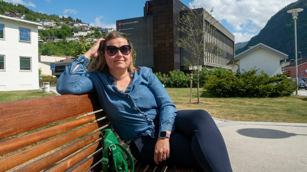 FORSØPLING: Maria Kalstad Brun er lei av forsøplinga på turstien ved Langen på Høyheimsvik i Luster.