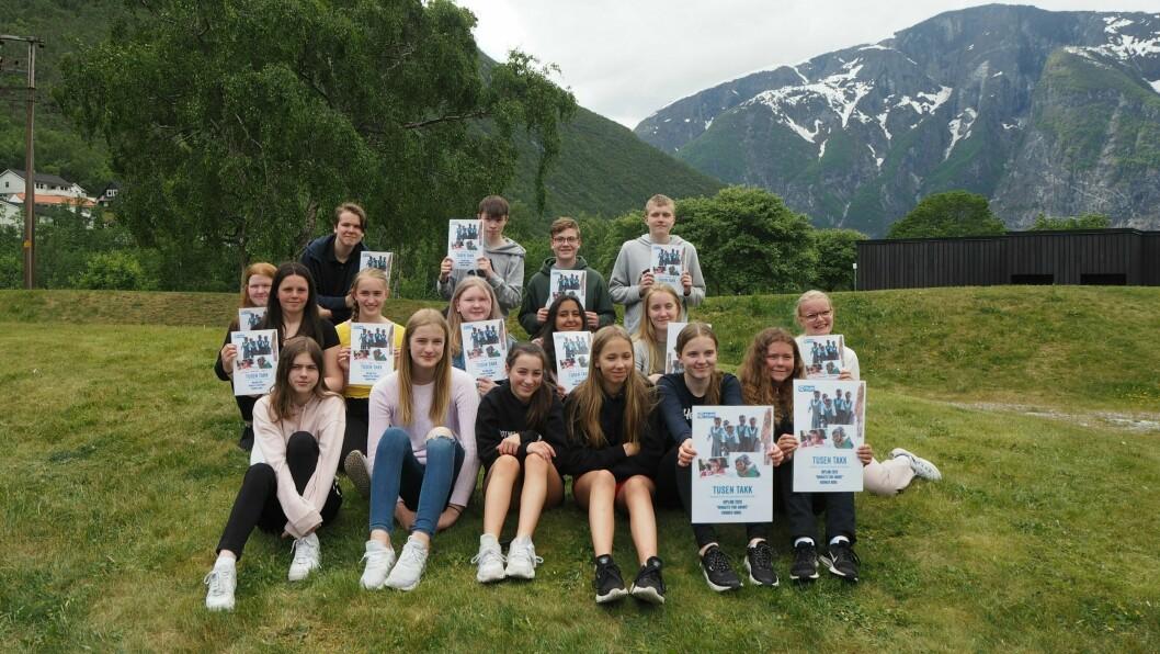 DIPLOM: Elevane på valfaget Innsats for alle på Farnes skule fekk diplom for innsatsen med å bekjempa barneekteskap.