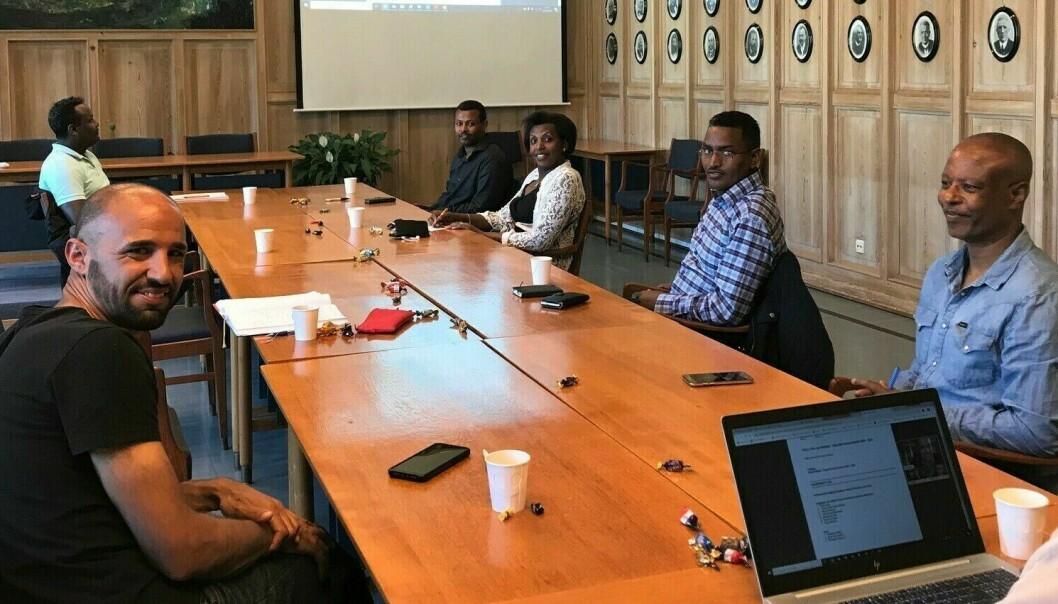 HISTORISK DAG: Her er innvandrarrådet samla til sitt første møte nokon gong. Frå venstre: Ryan McEcoy, Saleh Ali-Saleh, Yonas Ghilamicael Ghebre, Yvonne Nshimirimana, Tewelde Tesfay og Berhanu Erana.
