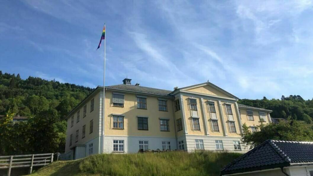 PRIDE: Utanfor tinghuset på Leikanger blafrar regnbogeflagget stolt fredag.