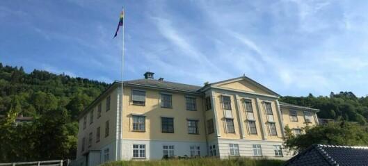 Sogndal markerer Pride ved å heisa regnbogeflagget
