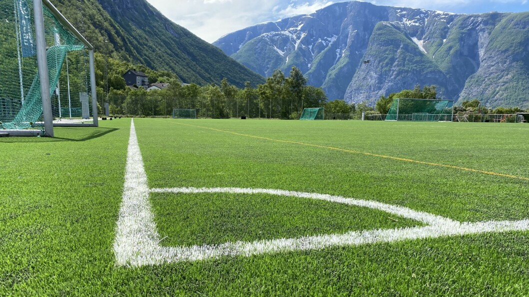 UBRUKELEG: Det flunkande nye kunstgraset på Jotun stadion må fjernast og leggast på nytt.