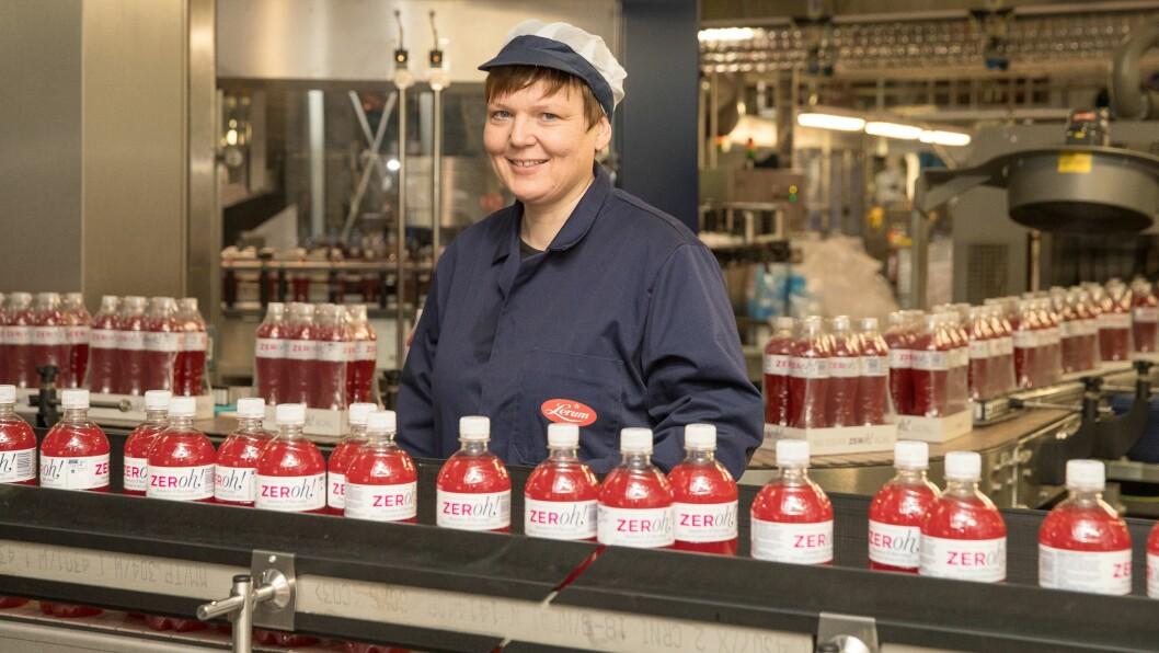 GLAD DAG: Frå juli blir det redusert sukkeravgift på til dømes Zeroh!, som er Lerum si sukkerfrie saft. Administrerande direktør Trine Lerum Hjellhaug er glad for å ha fått gjennomslag etter ein lang kamp mot avgifta.