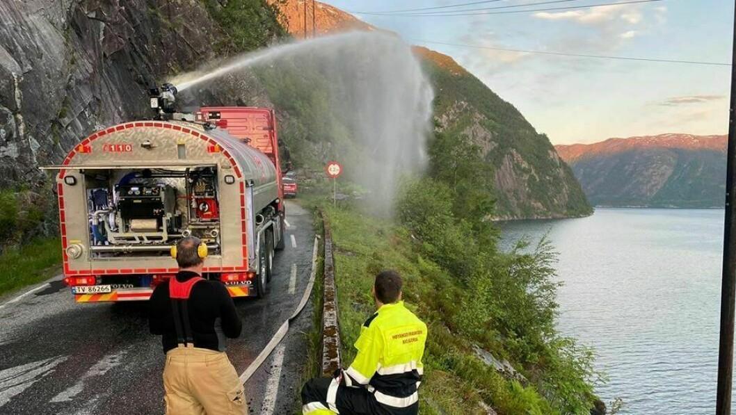 GRASBRANN: 15 mann frå stasjonen i Bjordal og Ortnevik branndepot rykka ut saman med innsatsleiar og tankbil i Høyanger. Få minutt etter alarmen gjekk, var mannskapa på plass og fekk kontroll på brannen.