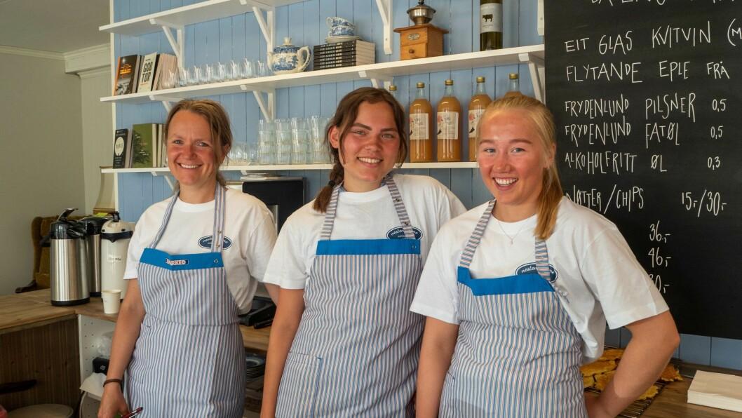 NÆRE HEIME: Desse damene syter for at det er kafé i Solvorn att, frå venstre Sigri Sandberg, Anna Rorgemoen og Stina Hillestad.