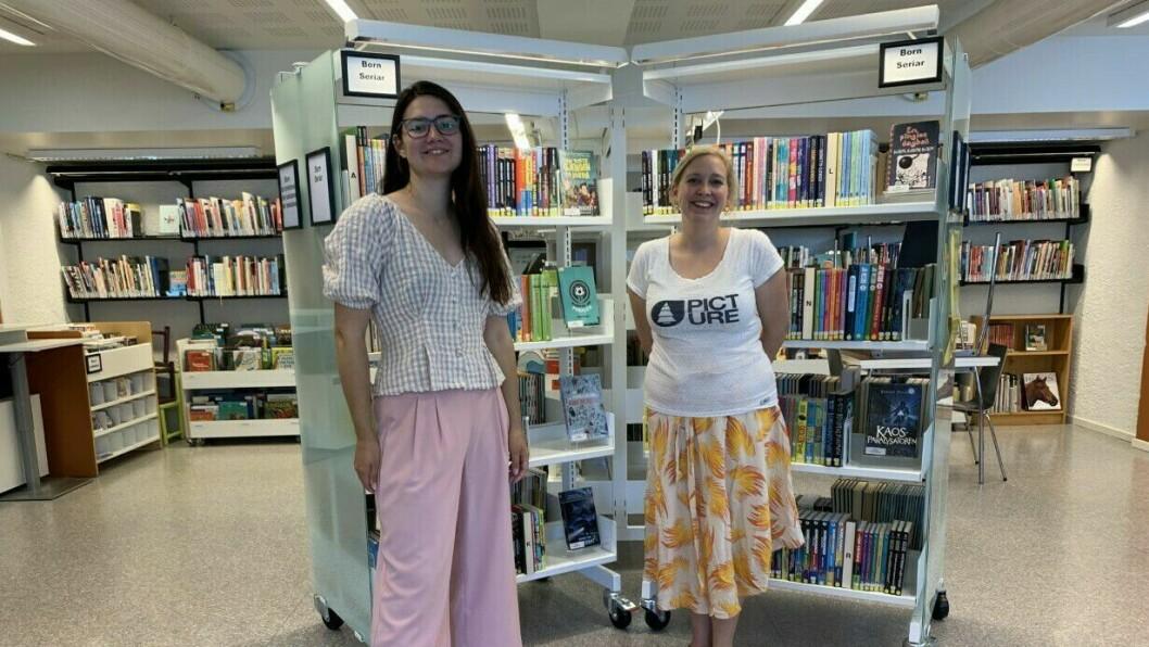 GLADE: Arrangementsansvarlig og konsulent ved Årdal bibliotek, Hanna Jor (t.h),  saman medJessica Smith (t.v).