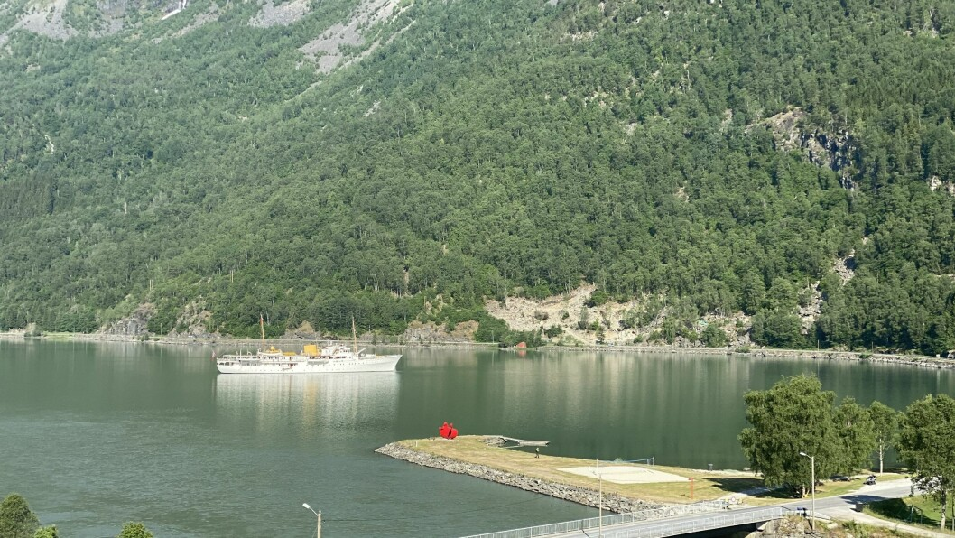 KONGESKIPET: Kongeskipet på besøk i enden av verdas lengste heilårsopne fjord.