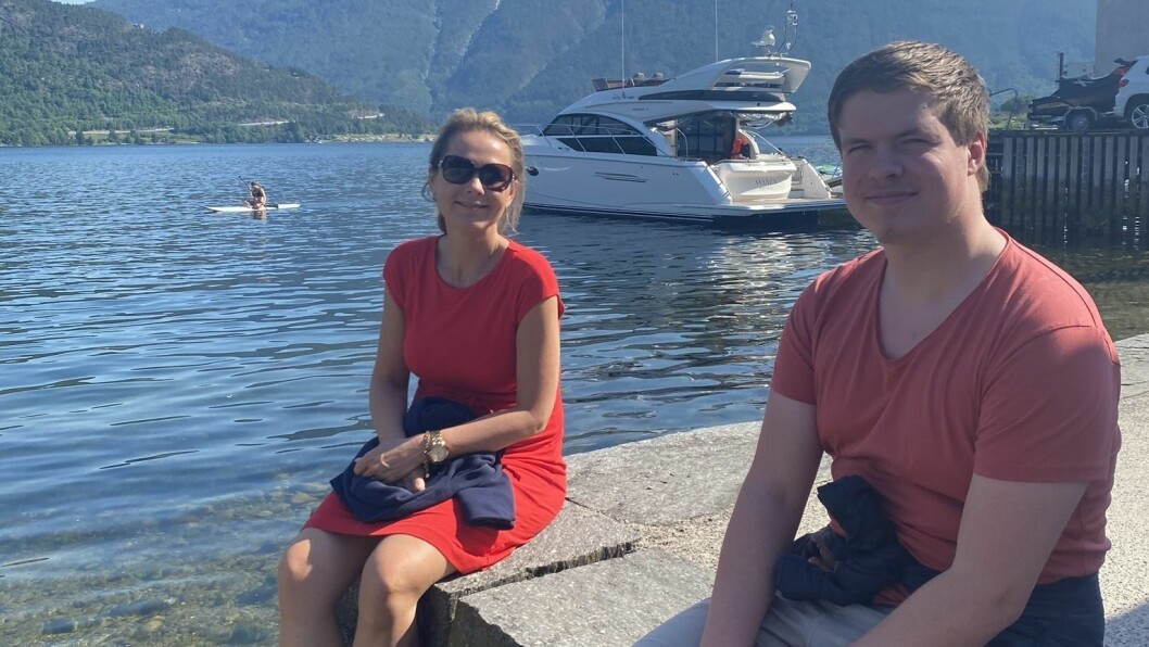 Linda Hofstad Helleland og Hans Christian Knutsen tok seg ein prat langs fjordstien i Sogndal om korleis ein skal styrke distrikta.