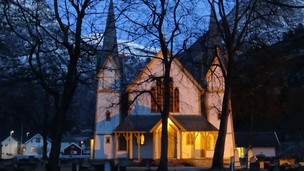 OPEN: Kyrkja i Lærdal blir open frå klokka 15.00 til 17.00, slik at folk kan samlast.