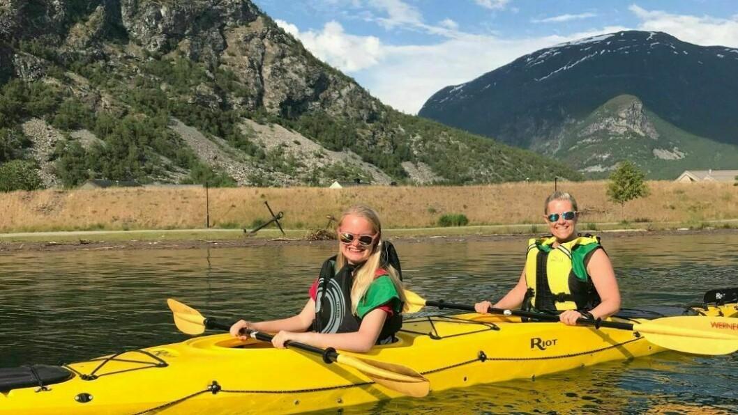 Tirill Jevnaker Grybakk(t.v) var ein av dei mange frå FTU som turte ut i kayak. Her med Nina Jevnaker.