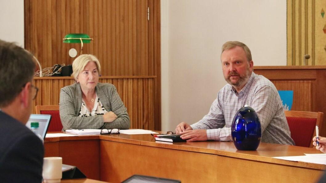 INFORMERTE: Personalsjef Arnvid Hovland (t.h.) informerte politikarane om ulike tiltak Høyanger kommune vurderer for å lettare kunne rekruttere sjukepleiarar.