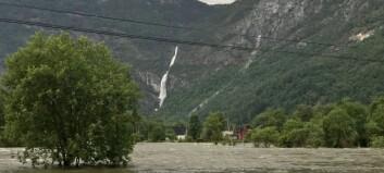 Lærdalselvi passerte tiårsflaum, gangvegar i Årdal under vatn