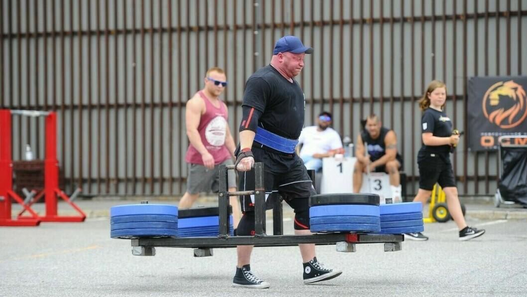 FRAMEWALK: Her bærer Tommy Solheim 400 kilo i hendene. Vegill Rebni Kjer går bak og motiverer.