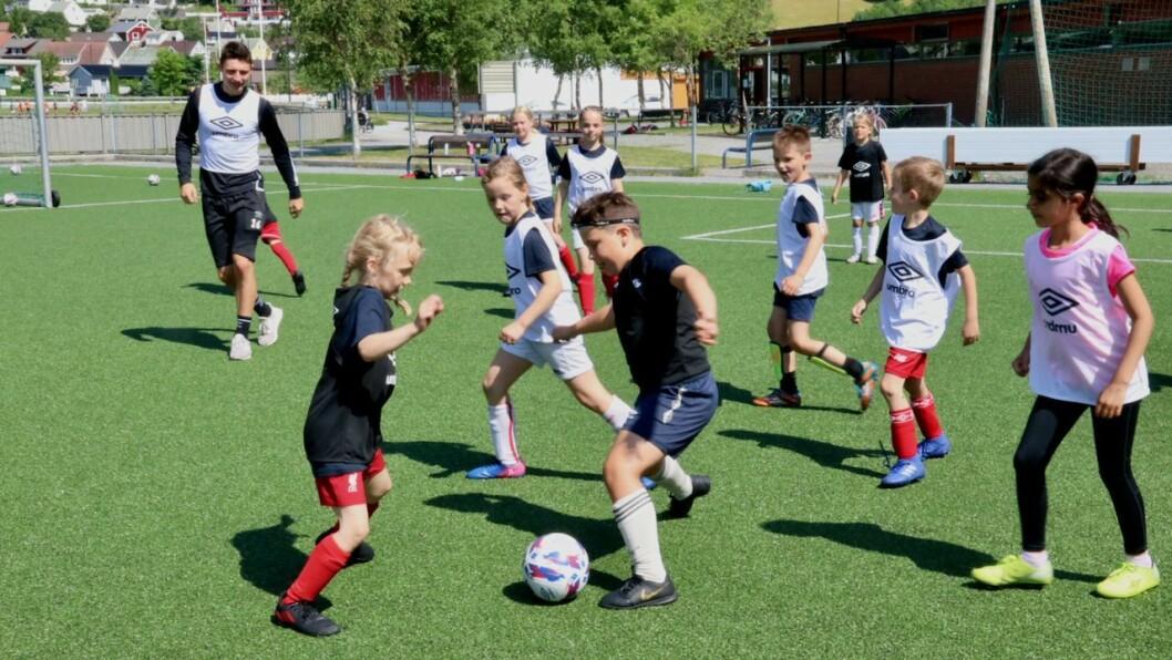 IVRIGE: Unge fotballspelarar mellom 7 og 12 år deltok på fotballskulen i Høyanger denne veka. Dei fekk besøk av tre Sogndal- spelarar. Her speler Eirik Lereng (t.h.) frå Sogndal fotball saman med borna.