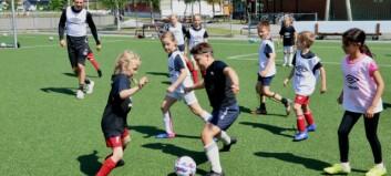 Samla over 60 born på fotballskule – fekk inspirerande besøk frå Sogndal
